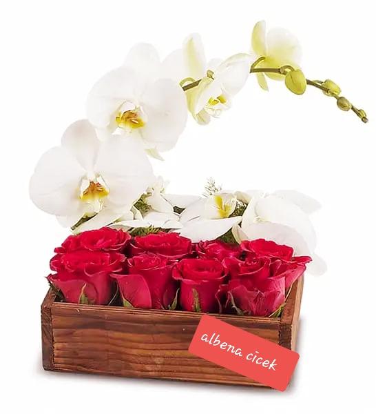 Ahþap kutuda güller ve orkide