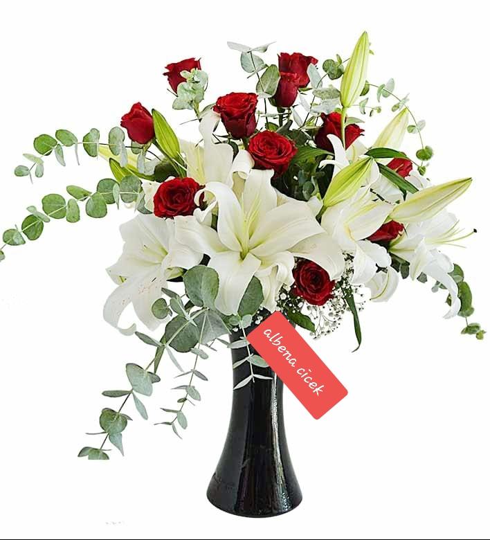 Saf beyaz lilyum  ve güller