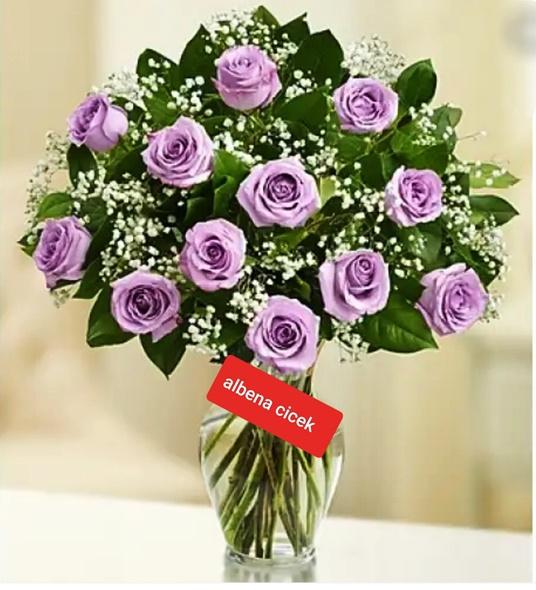 silindir vazoda 12 lila gül arajmaný
