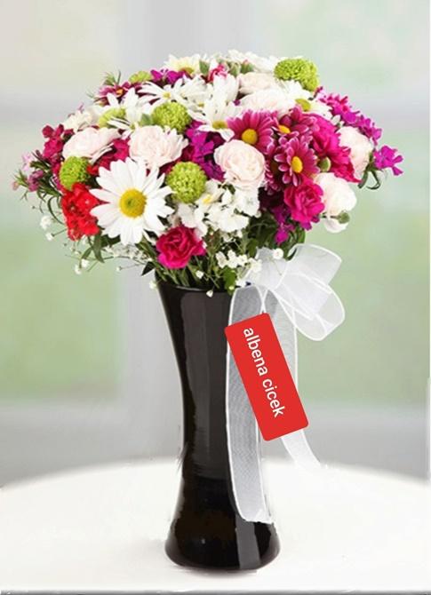 renk cümbüþü siyah kalipso vazoda renkli bahar çiçekleri