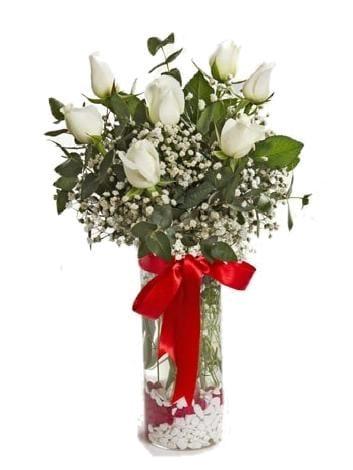 silindir vazoda beyaz gül arajmaný çiçegi