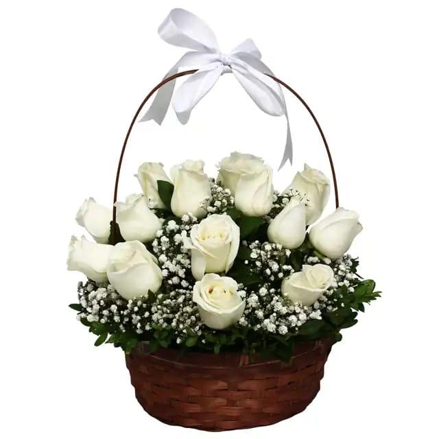 Beyaz tutku çiçek sepetinde gül arajmaný