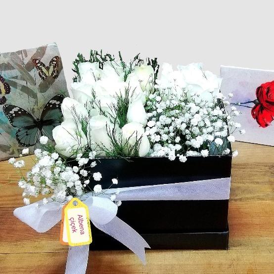 Kare kutuda beyaz güller