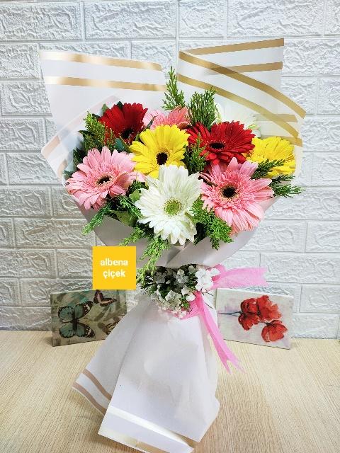 Bahar esintisi renkli gerbera çiçek buketi