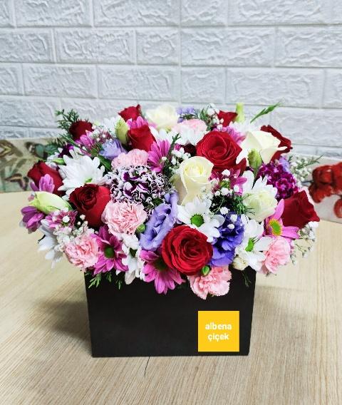 Mutluluk kutusu mevsim çiçekleri ve güller