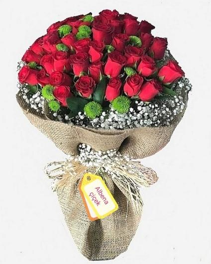 Aþk çenberi 35 kýrmýzý gül çiçek buketi
