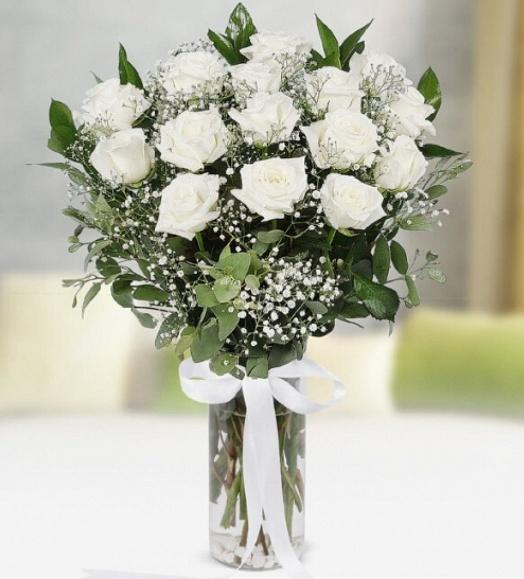 Silindir cam vazoda beyaz güller